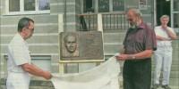 Václav Miláček, emeritní lékařský šéf nemocnice, a stejnojmenný Trnkův vnuk odhalují pamětní desku zakladateli interního pavilónu.